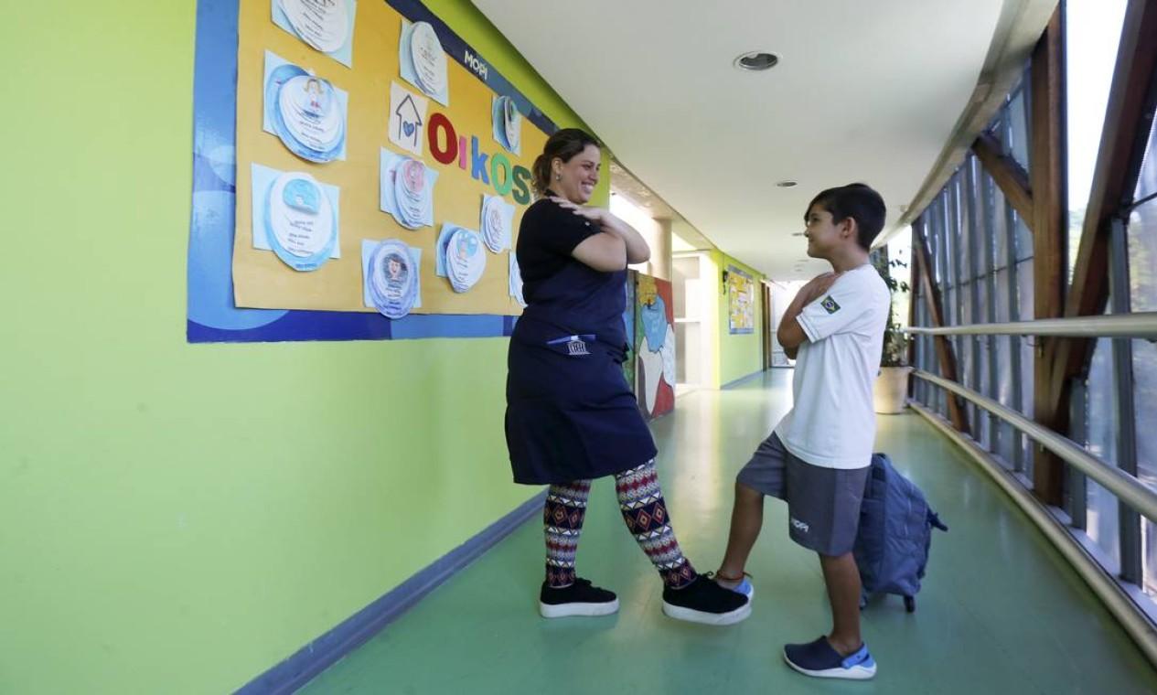 Escolas do Rio ensinam alunos a se cumprimentarem sem usar as mãos Foto: Guilherme Pinto / Agência O Globo