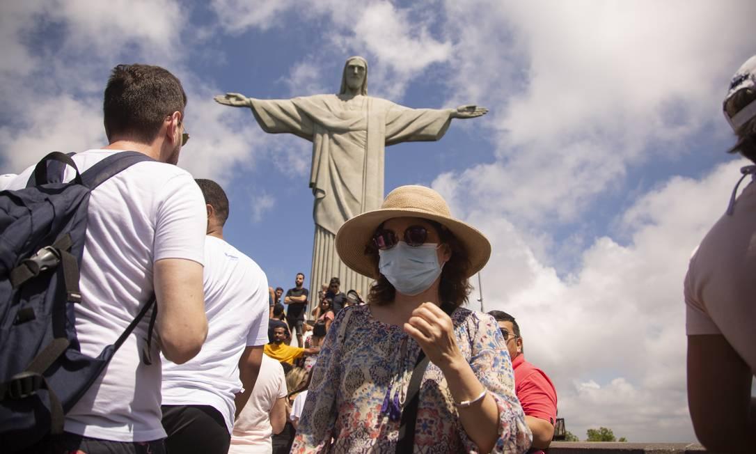 Turista estrangeira usam máscaras em pontos turísticos do Rio Foto: Gabriel Monteiro / Agência O Globo