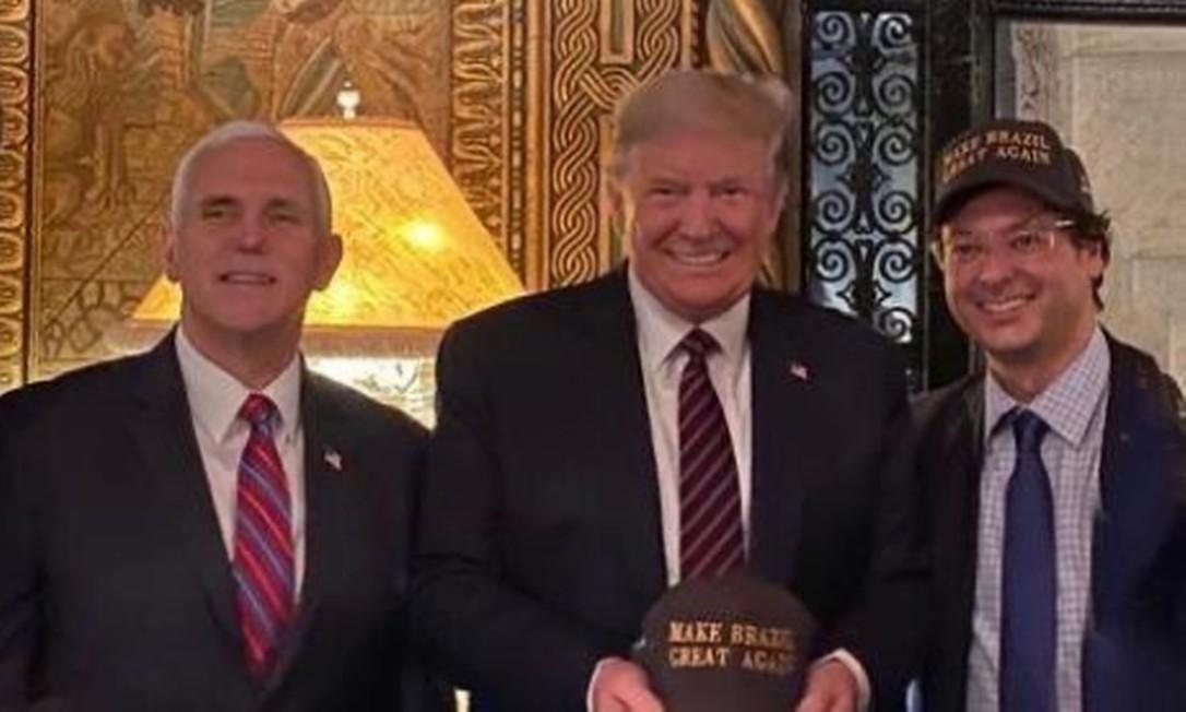 Fabio Wajngarten ( de boné) ao lado do presidente dos Estados Unidos, Donald Trump, e do vice, Mike Pence Foto: Reprodução