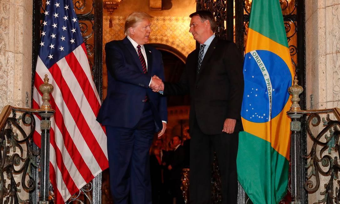 Apesar da recomendação da Organização Mundial de Saúde para evitar aperto de mãos, Bolsonaro e Trump repetiram os gestos diversas vezes durante jantar Foto: Alan Santos / Presidência da República