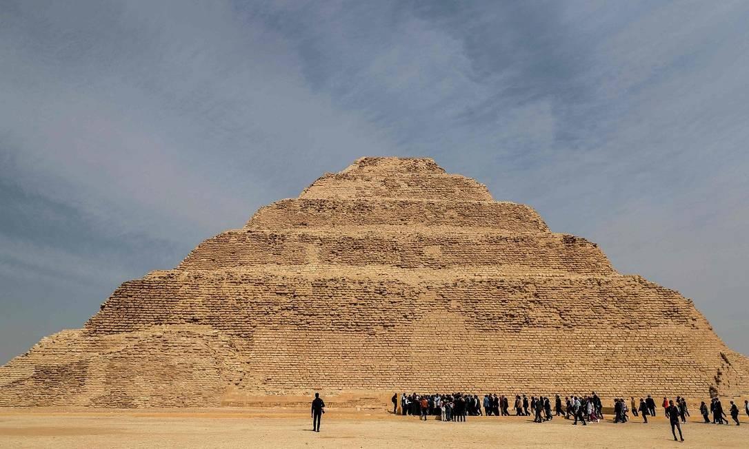 Ao contrário do formato mais famoso, de linhas bem retas, a pirâmide de Djoser foi construída em degraus Foto: Mohamed el-Shahed / AFP