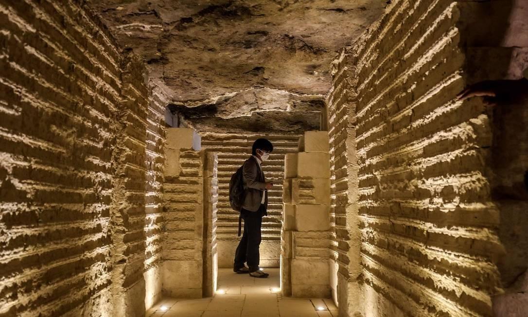 Um visitante caminha numa das alas internas da pirâmide, recentemente reaberta aos turistas Foto: Mohamed el-Shahed / AFP