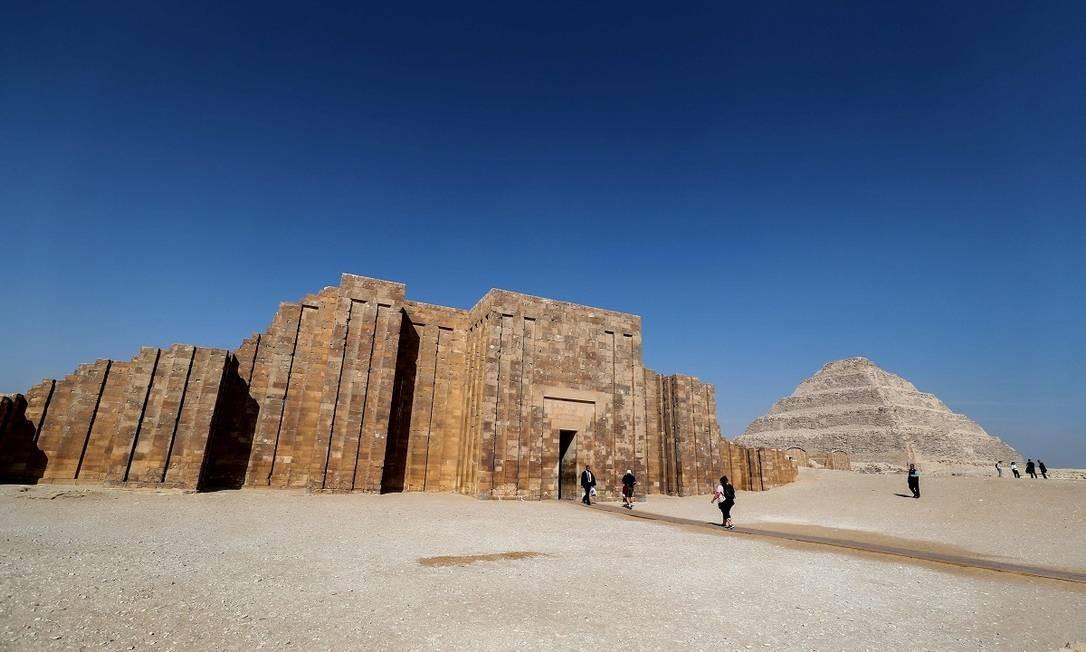A pirâmide de Djoser (ao fundo) faz parte da necrópole de Saqqara, parte do complexo arqueológico da antiga capital Memphis Foto: Mohamed el-Shahed / AFP