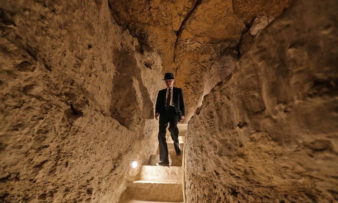 Turista caminha por um dos túneis internos da pirâmide, que ficou fechada para reformas por 14 anos Foto: Mohamed el-Shahed / AFP