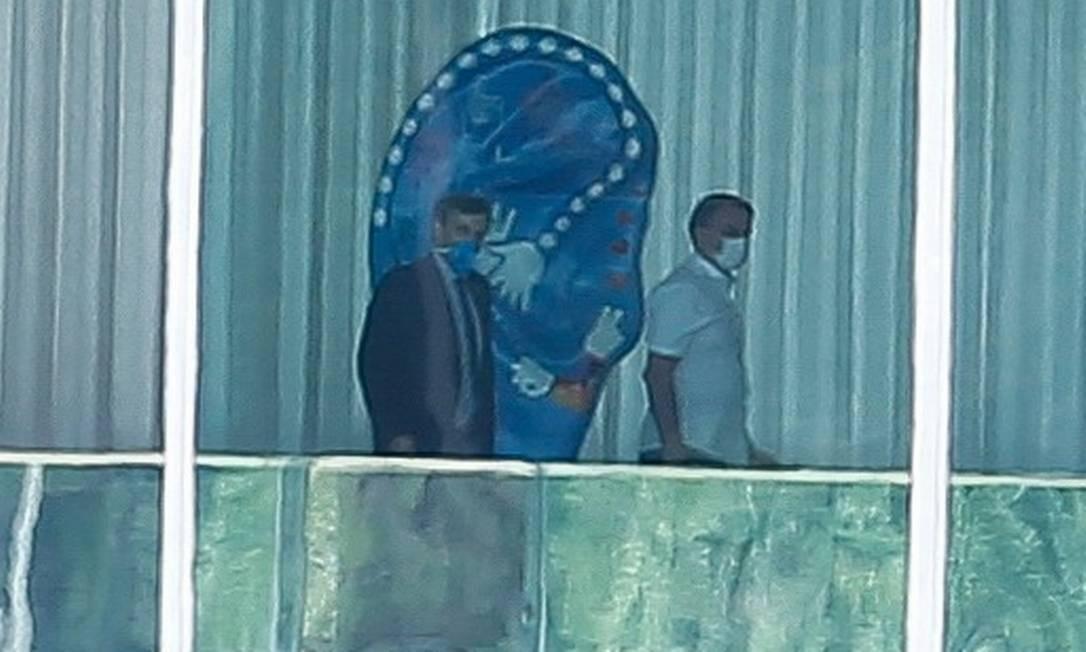 O presidente Jair Bolsonaro usa máscara no Palácio do Planalto Foto: Pablo Jacob / O Globo