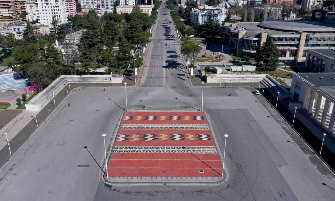 Vista aérea do anel externo de Tirana vazio. A Albânia intensificou medidas para conter a propagação do Covid-19 e proibiu a circulação de todos os carros (exceto ambulâncias e suprimentos) por três dias e determinou que as pessoas ficassem em casa Foto: Gent Shkullaku / AFP