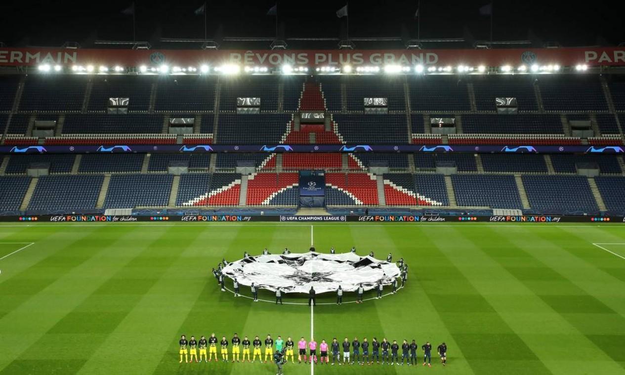 Jogo entre Paris Saint-Germain Borussia Dortmund pela Uefa Champion's League no estádio Parc des Princes, em Paris, aconteceu a portões fechados como medida preventiva Foto: AFP