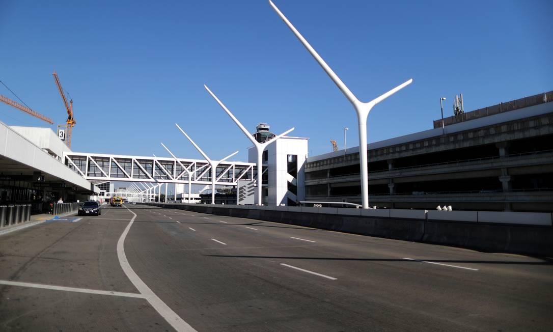 Uma estrada vazia que passa pelos terminais do aeroporto de Los Angeles, Califórnia, EUA Foto: Lucy Nicholson / Reuters