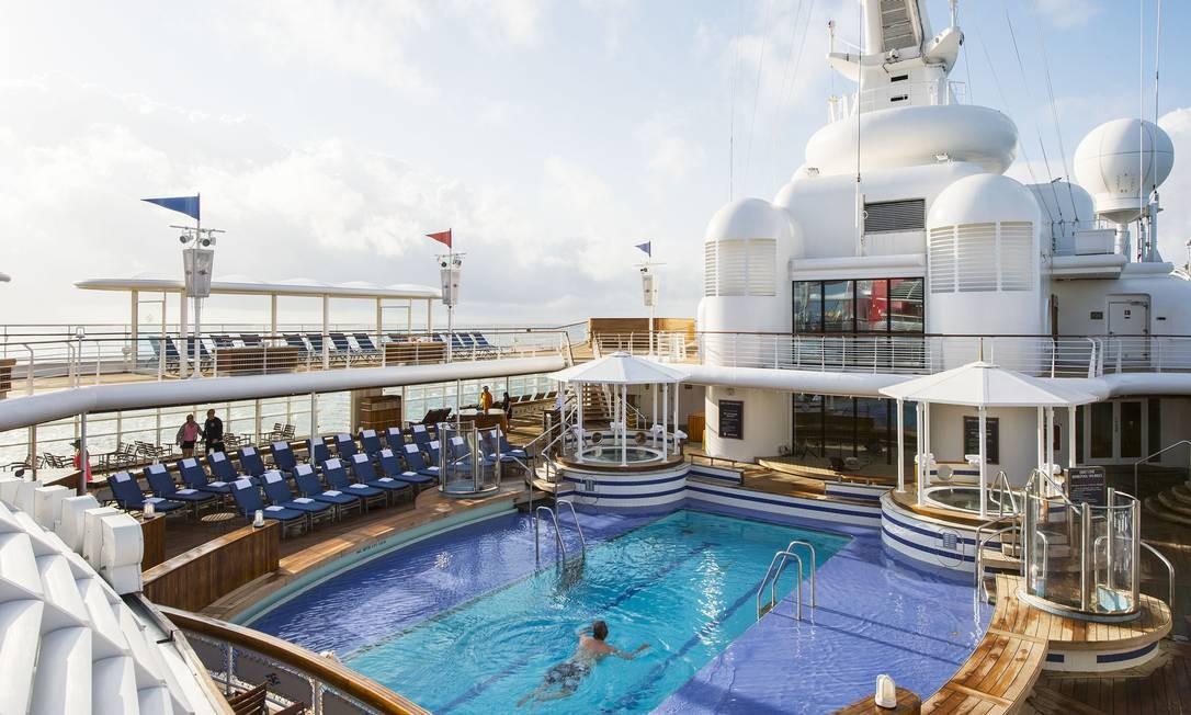 Piscina de um navio de cruzeiros: passageiros tranquilos até o momento Foto: Divulgação