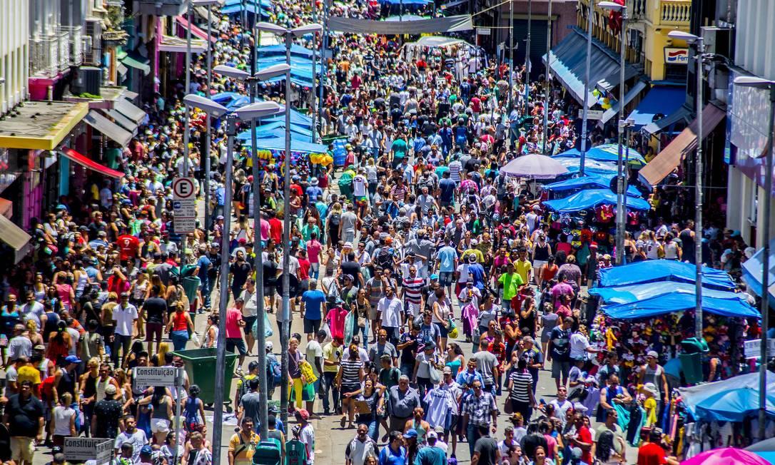 Rua 25 de Março lotada durante período de alta no comércio em SP: cidade irá evitar aglomerações diante do novo coronavírus Foto: Cris Fraga / Agência O Globo