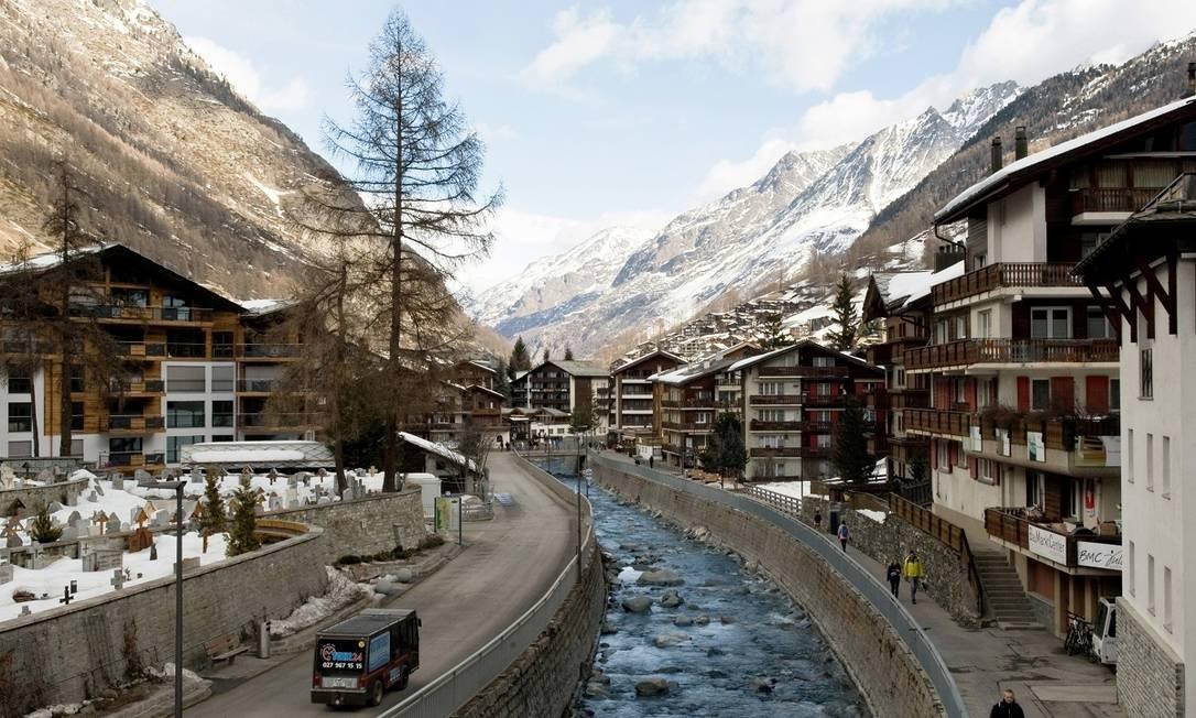 O vilarejo de Zermatt, com as montanhas dos alpes suíços ao fundo Foto: Andrea Wyner / The New York Times