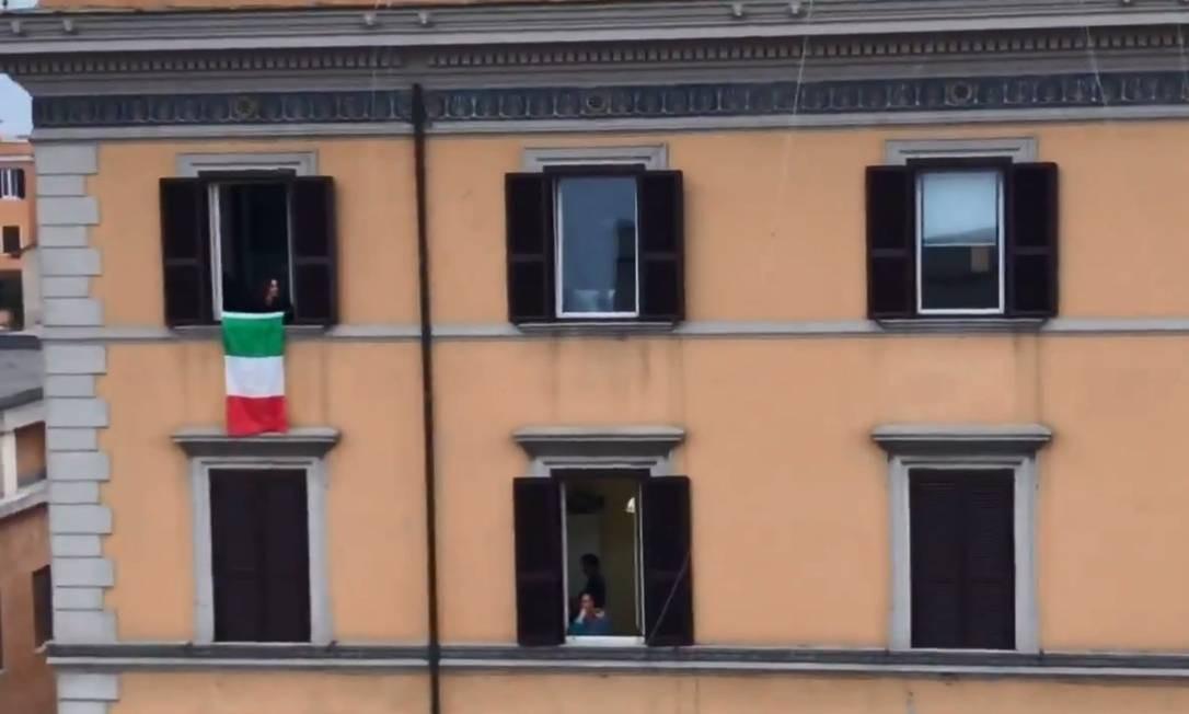 Em Roma, vizinhos usam janelas para ter contatos uns com os outros durante período de isolamento Foto: Reprodução / Twitter