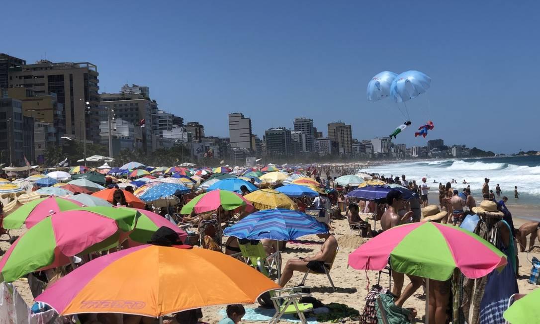 Praia do Leblon lotada, no Rio de Janeiro Foto: O Globo