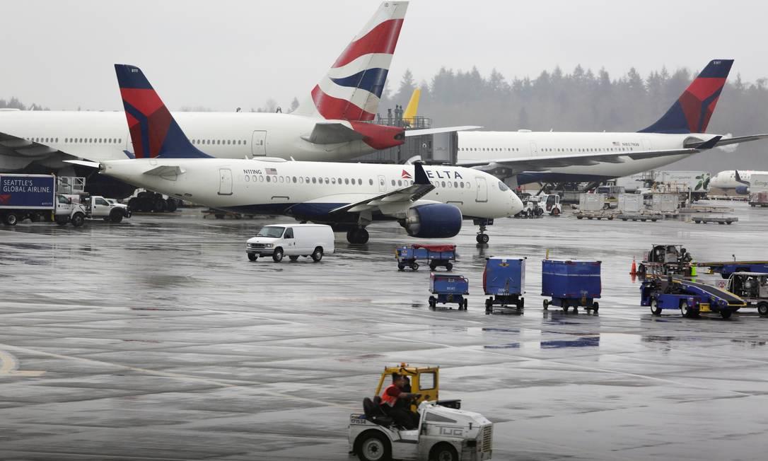 Aviões da Delta Airlines e da British Airways no aeroporto internacional de Seattle Foto: JASON REDMOND / REUTERS