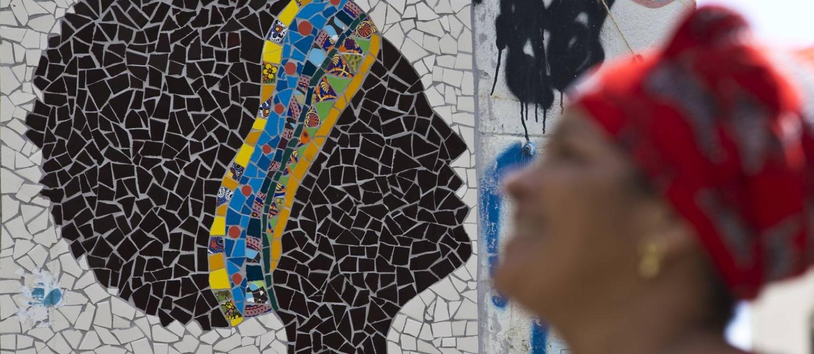 Grafites, pichações e murais com referência a Marielle, como o mosaico na Pedra do Sal, se espalham pela cidade Foto: Márcia Foletto / Agência O Globo