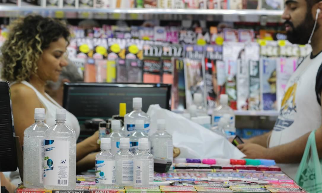 Pedestres compram alcool gel em bancas de jornais para prevenção a epidemia Coronavírus (Covid-19), na Av. Paulista, região central de São Paulo Foto: Photo Premium / Paulo Guereta