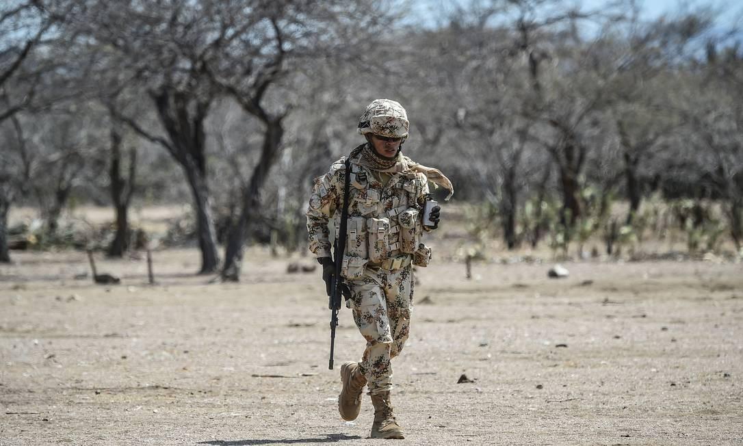 Soldado colombiano participa de exercício na fronteira da Venezuela Foto: JUAN BARRETO / AFP