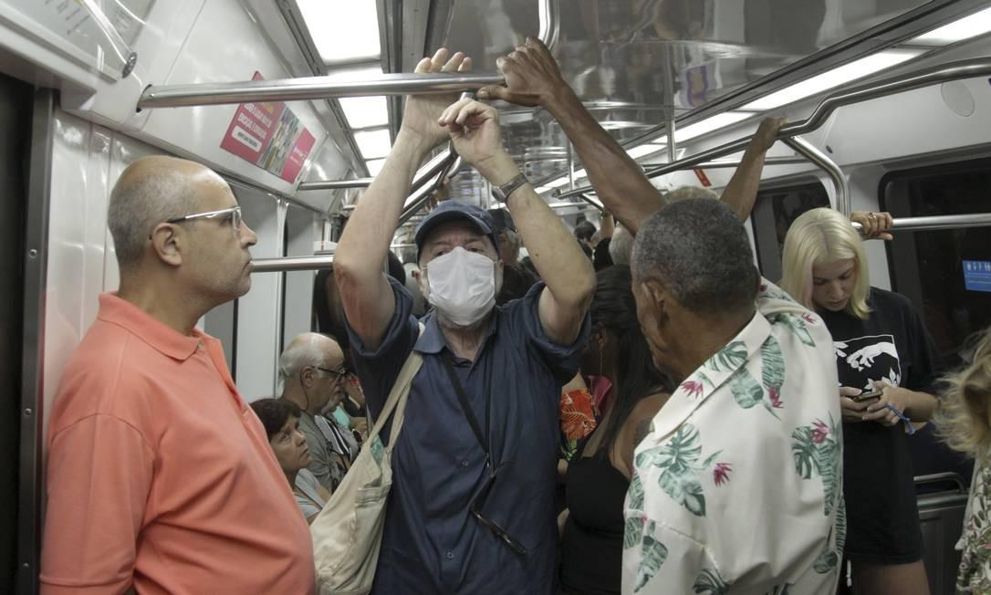 Idoso usa máscara dentro do trêm do Metrô. Foto: Gabriel de Paiva / Agência O Globo