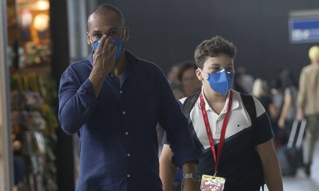 Passageiros usando máscara em Guarulhos, em SP Foto: Edilson Dantas / Agência O Globo