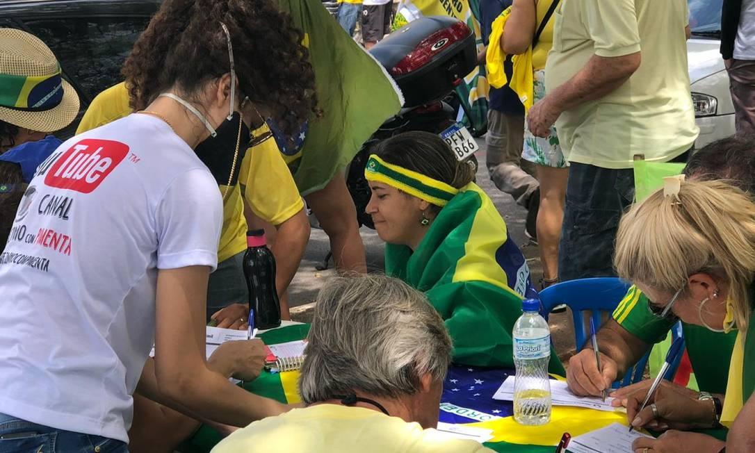 Em Brasília (foto), como no Rio, apoiadores de Bolsonaro recolhiam assinaturas para a criação do Aliança pelo Brasil Foto: Aguirre Talento / Agência O Globo