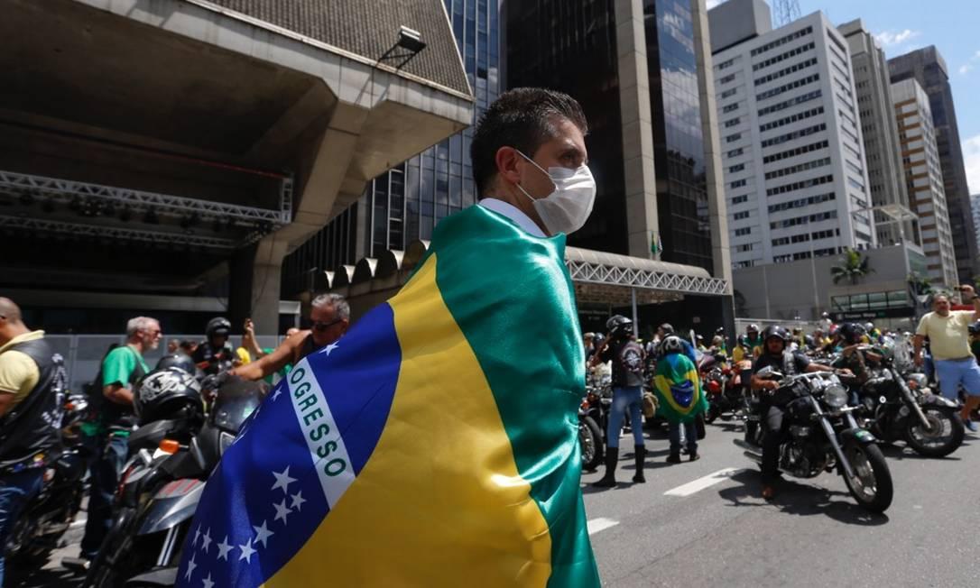 Manifestantes usam máscara de proteção no ato da Paulista, apesar de o Ministério da Saúde recomendar evitar aglomerações Foto: Edilson Dantas / Agência O Globo