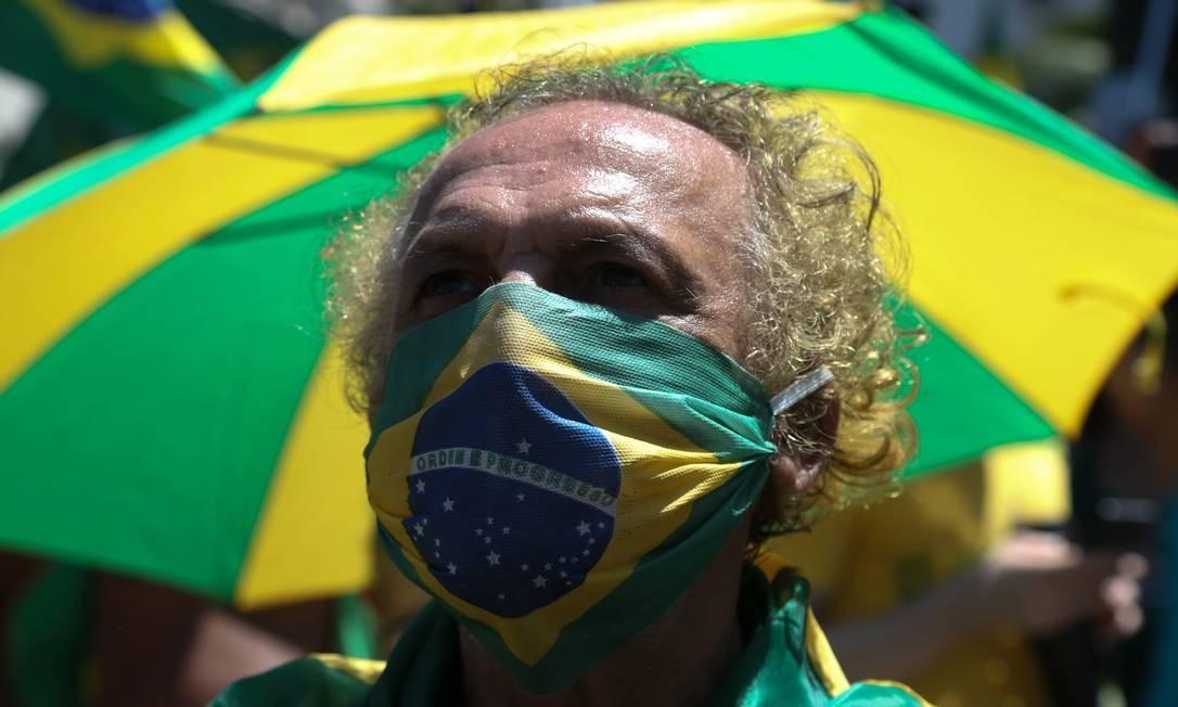 Mesmo pertencendo ao grupo de risco, idosos vão a ato em Copacabana Foto: Pedro Teixeira / Agência O Globo