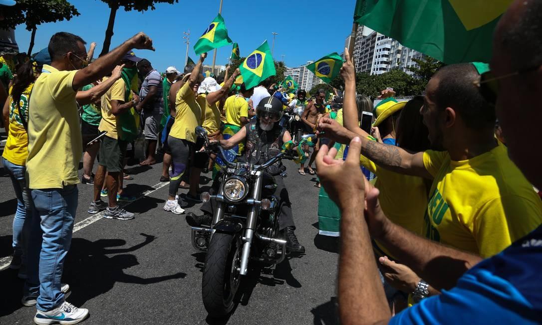 Apoiadores do presidente Bolsonaro ignoram recomendação do Ministério da Saúde de evitar aglomerações Foto: Pedro Teixeira / Agência O Globo