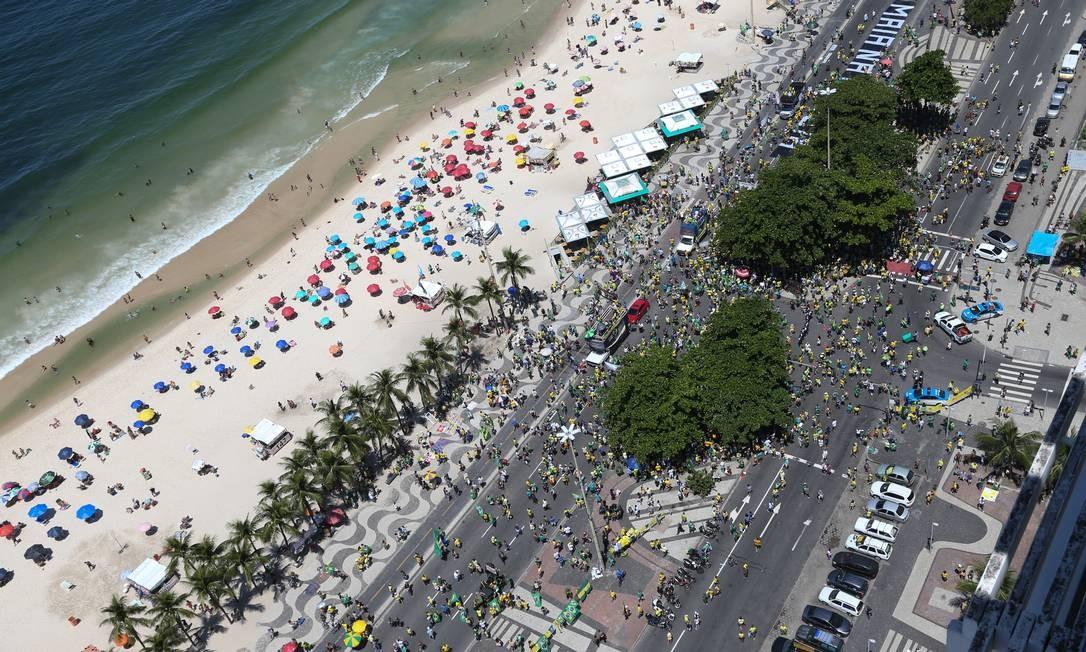 Vista aérea na altura do posto 4, na Avenida Atlântica, em Copacabana, onde aconteceu o ato Foto: Pedro Teixeira / Agência O Globo