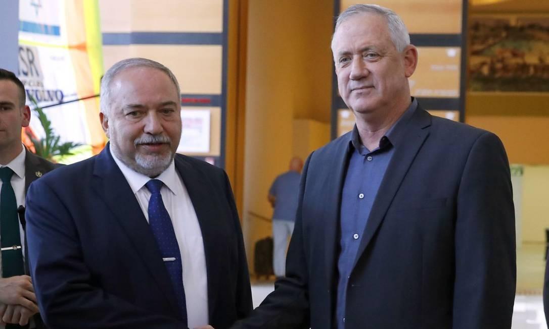 Líder do Azul e Branco, Gantz (à direita) obteve o apoio de Avigdor Lieberman, do Yisrael Beiteinu Foto: JACK GUEZ / AFP
