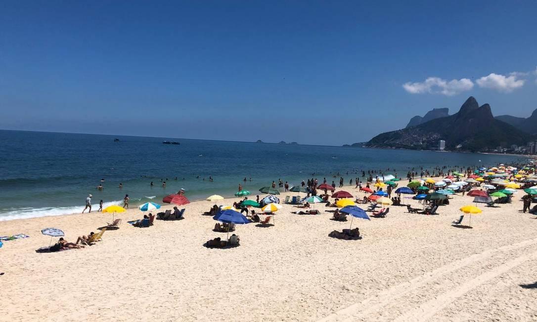 Praia de Ipanema, na altura do posto 6, neste domingo mais vazia do que o comum Foto: Márcia Foletto / Agência O Globo