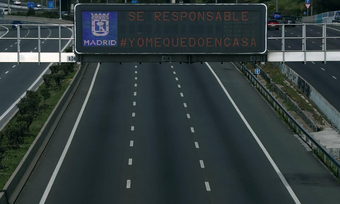 """""""Seja responsável #Euficoemcasa"""", diz o letreiro da autoestrada M-30, nos arredores de Madri, Espanha Foto: Sergio Perez / Reuters"""