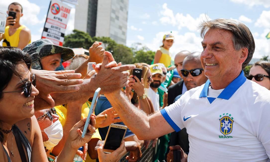 O presidente Jair Bolsonaro cumprimenta manifestantes durante o ato em Brasília Foto: Sergio Lima / AFP