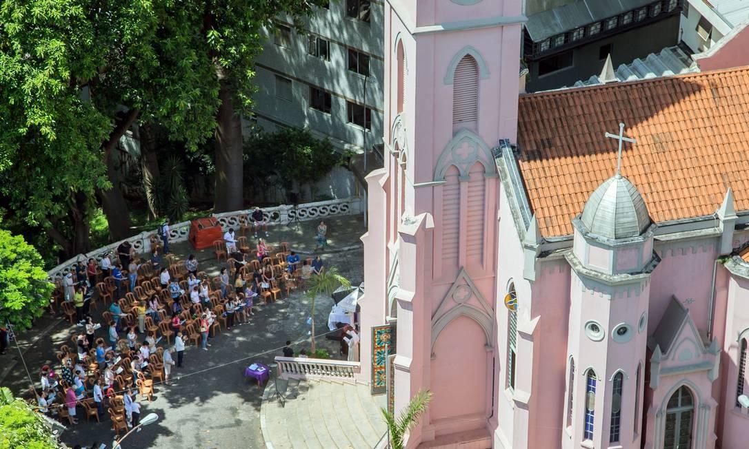 Igreja do Divino Espírito Santo na rua Frei Caneca está fazendo as missas do lado de fora para evitar o contágio do coronavírus Foto: Edilson Dantas / Agência O Globo