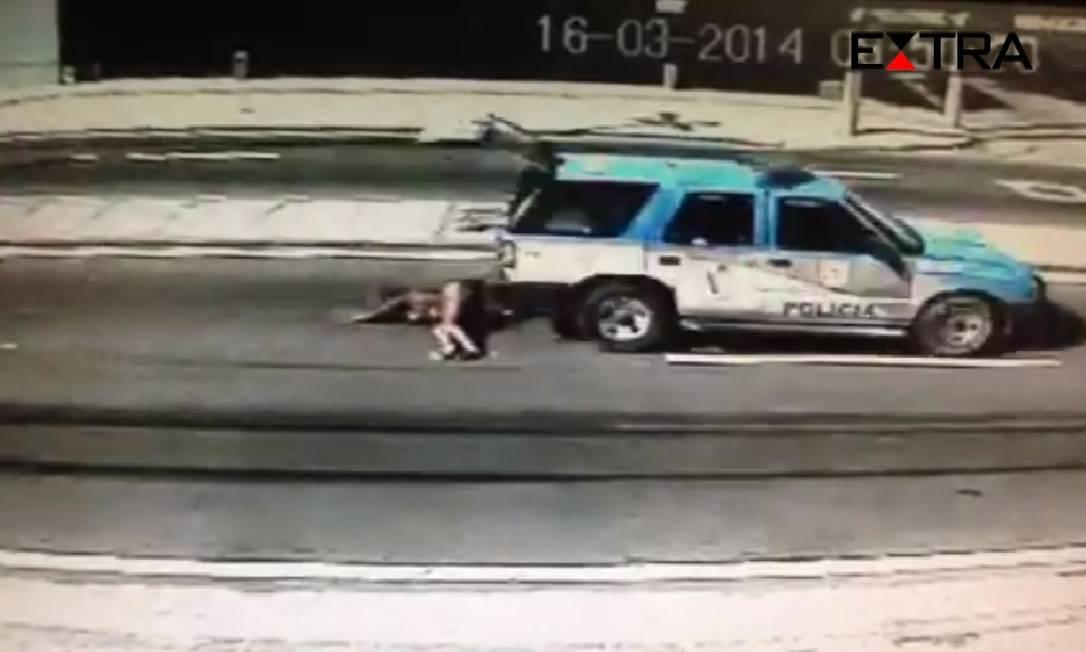Claudia foi arrastada por 300 metros na Estrada Intendente Magalhães Foto: Reprodução