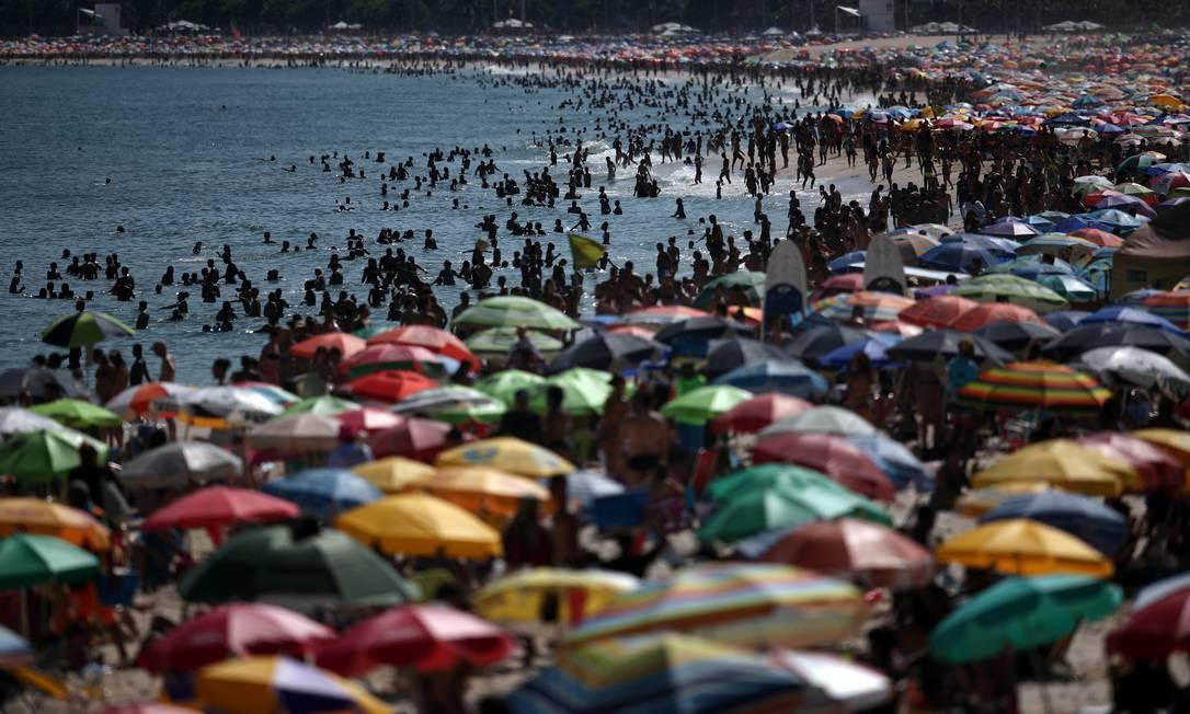 Praia de Ipanema lotada neste domingo: governador Wilson Witzel afirmou que poderia punir aglomerações, temendo disseminação do coronavírus Foto: RICARDO MORAES/REUTERS