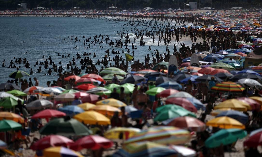 Praia de Ipanema lotada no domingo; população não ficou em isolamente, conforme orientaram as autoridades sanitárias Foto: RICARDO MORAES / REUTERS