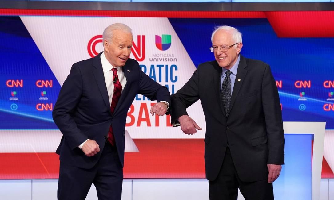 Candidatos democratas, Joe Biden e Bernie Sanders encostam cotovelos para se cumprimentar antes de debate Foto: Kevin Lamarque / Reuters / 15-03-2020