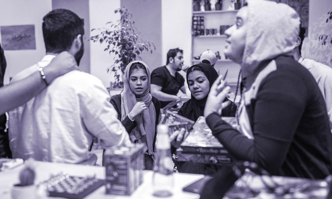 Irmãs Raghda e Rafaa Abuazzah na cafeteria onde trabalham em Medina, Arábia Saudita, em 6 de dezembro de 2019 Foto: NYT