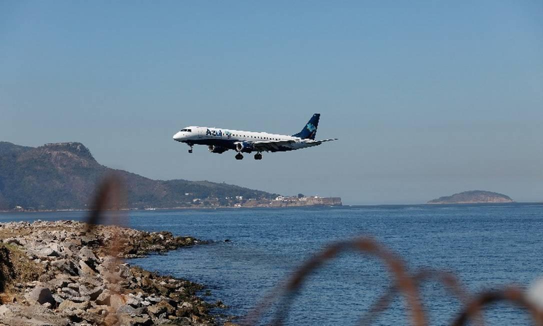 Avião da Azul em processo de aterrissagem no aeroporto Santos Dumont, no Rio Foto: Arquivo