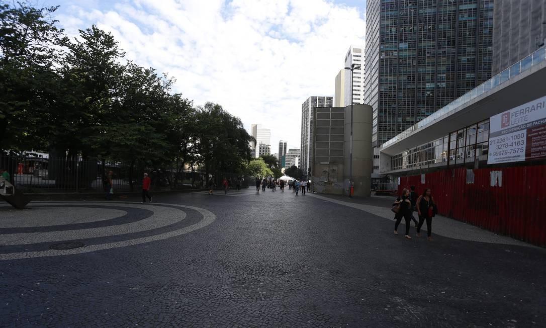 Um dos pontos da cidade com mais movimentação, Largo da Carioca também teve queda de frequentadores nesta segunda-feira Foto: Fabiano Rocha / Agência O Globo