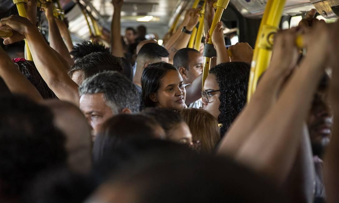 BRT Transoeste lotado no primeiro dia útil das medidas contra coronavírus adotadas pela prefeitura e pelo estado Foto: Hermes de Paula / Agência O Globo