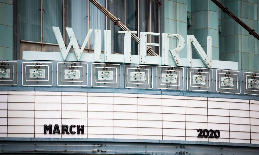 Cinema fechado em Hollywood, na Califórnia, em 13 de março Foto: Rich Fury / AFP
