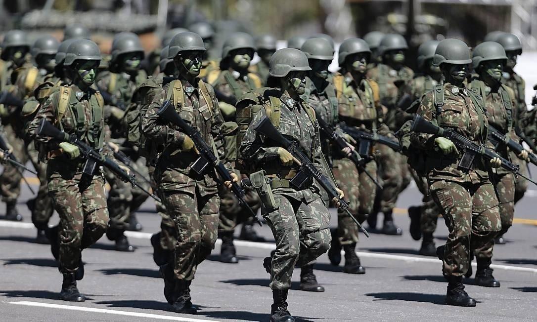 Chefe do Comando de Operações Terrestres do Exército recomendou refeições com um metro de espaço entre cada militar Foto: Jorge William/Agência O Globo