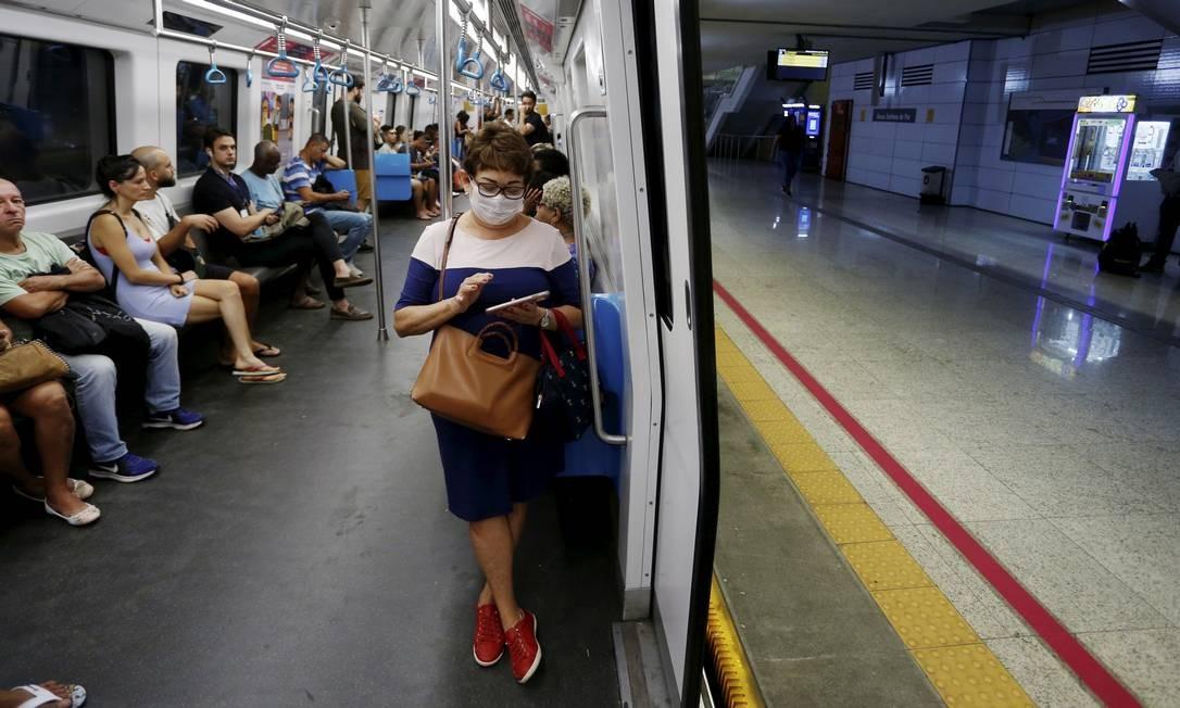 Diversos passageiros foram vistos nos trens do metrô usando máscaras de proteção contra o novo coronavírus Foto: Fabiano Rocha / Agência O Globo
