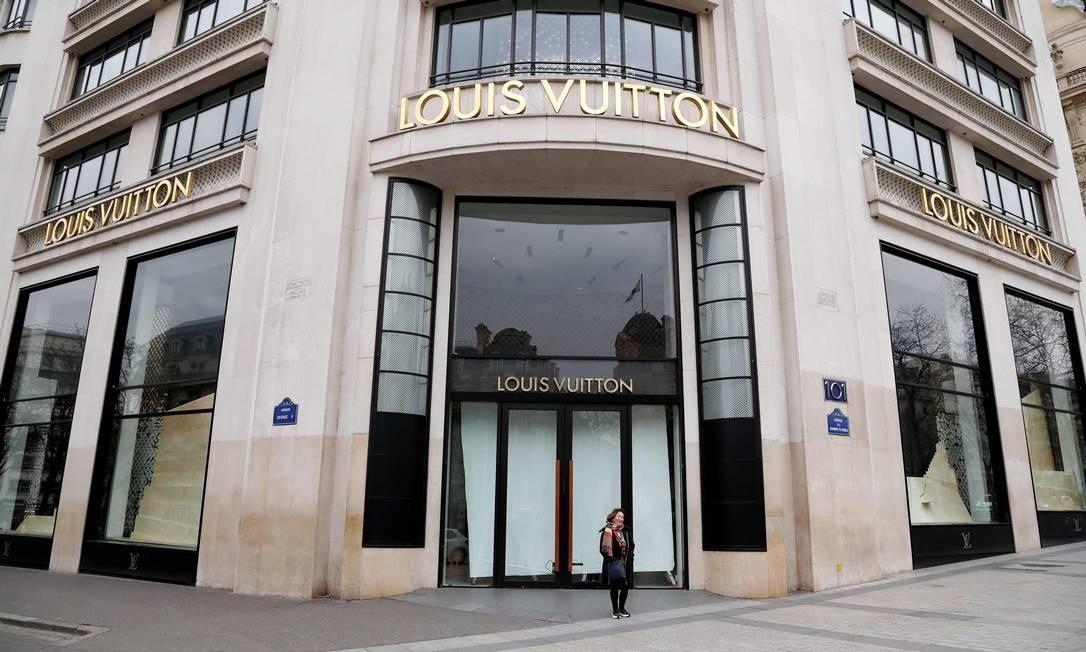Para tentar conter avanço do coronavírus, comércio considerado não-essencial está fechado na França, incluindo a Louis Vuitton Foto: FRANCOIS GUILLOT / AFP