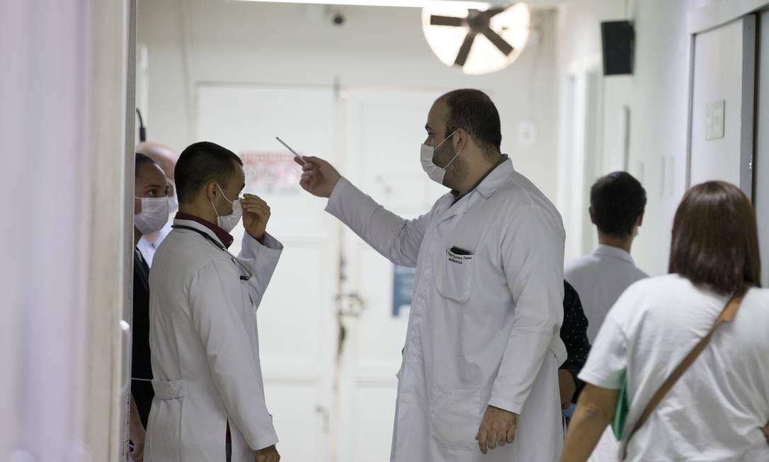 Médicos usam máscara em hospital de Barra Mansa, local do primeiro caso de covid-19 no Rio Foto: Márcia Foletto / Agência O Globo