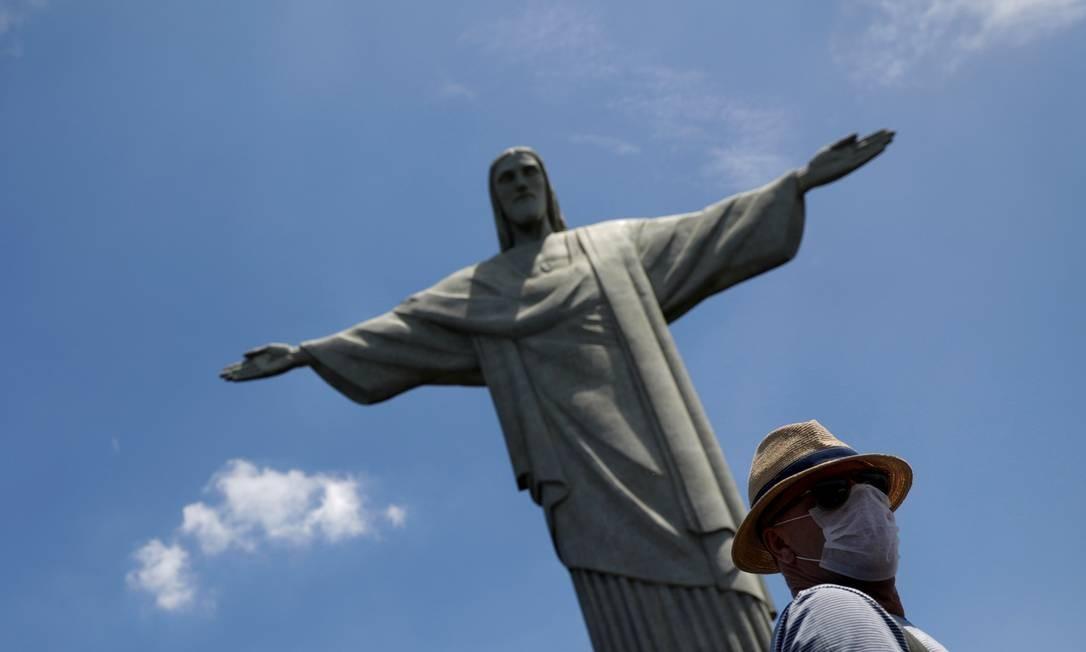 Turista usa máscara protetora durante visita ao Cristo Redentor Foto: Ricardo Moraes / Reuters