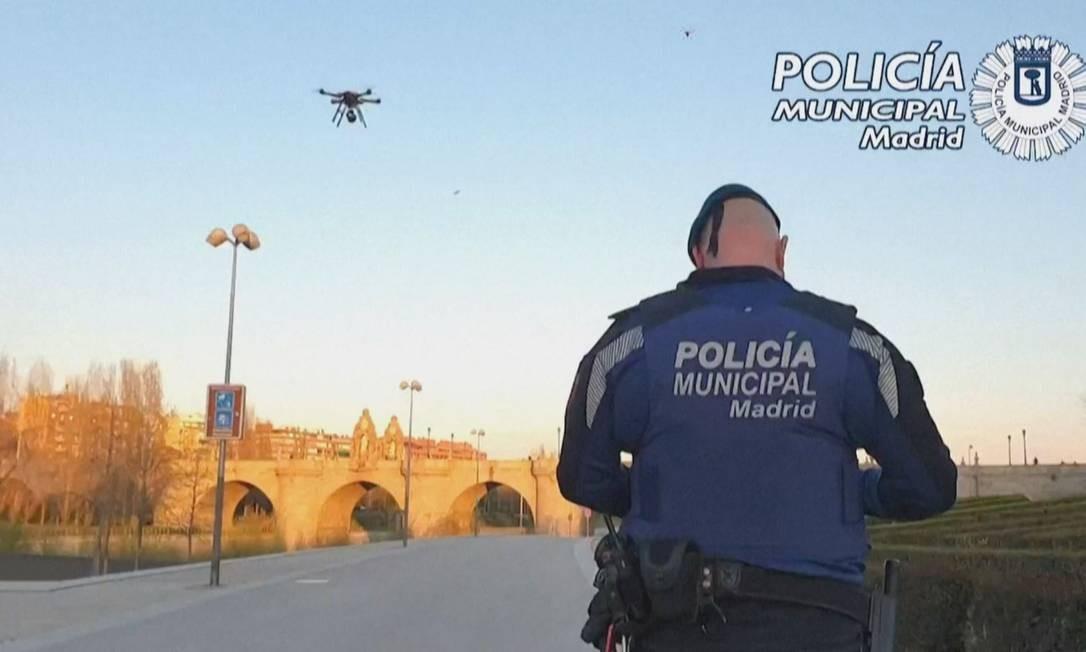 Policial espanhol usa drone para monitorar ruas de Madrid Foto: Reprodução