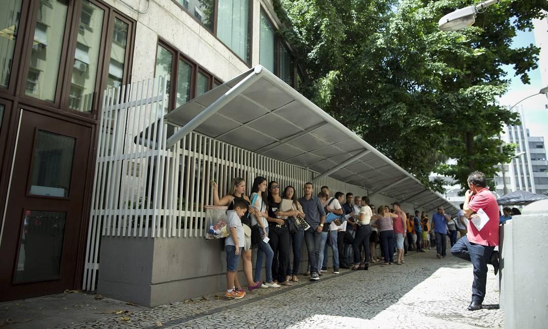 Fila para pedidos de visto na porta do consulado dos Estados Unidos no Rio Foto: Márcia Foletto / Agência O Globo