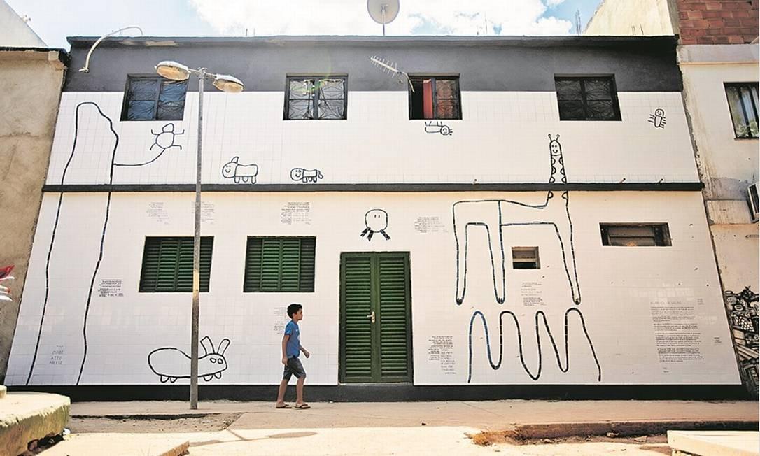 Um gigantesco painel de azulejos, feito a partir de desenhos de crianças do local, relembra passagens de moradores da comunidade Foto: Brenno Carvalho / Agência O Globo